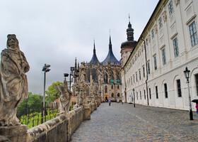 Справа - Иезуитский Колледж, а дорогу вдоль него назвали «Мостом», и по образу Карлова моста в Праге украсили скульптурами различных святых.