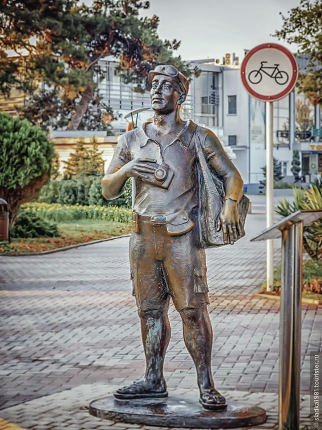 Скульптура «Турист» появилась в 2012 году на набережной Геленджика рядом с главным музеем города. Ее открытие было приурочено к карнавалу, который ежегодно проходит в городе в июне. Скульптура обладает всеми атрибутами туриста: фотоаппаратом, сланцами, панамкой и пр.