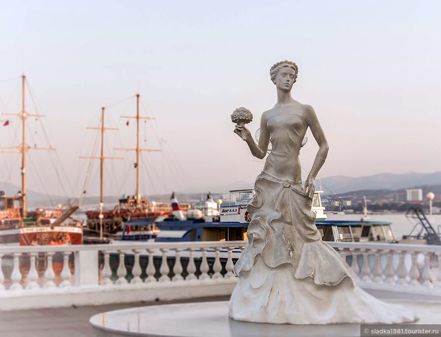 """На площади, недалеко от причала у выхода на пирс  к открытию курортного сезона 2010 года была установлена скульптура """"Белая невесточка"""". По одной из версий, название города Геленджик переводится с тюркского как """"невесточка"""". Скульптура прекрасно вписалась в отведенное для нее место и стала своеобразным символом Геленджика."""