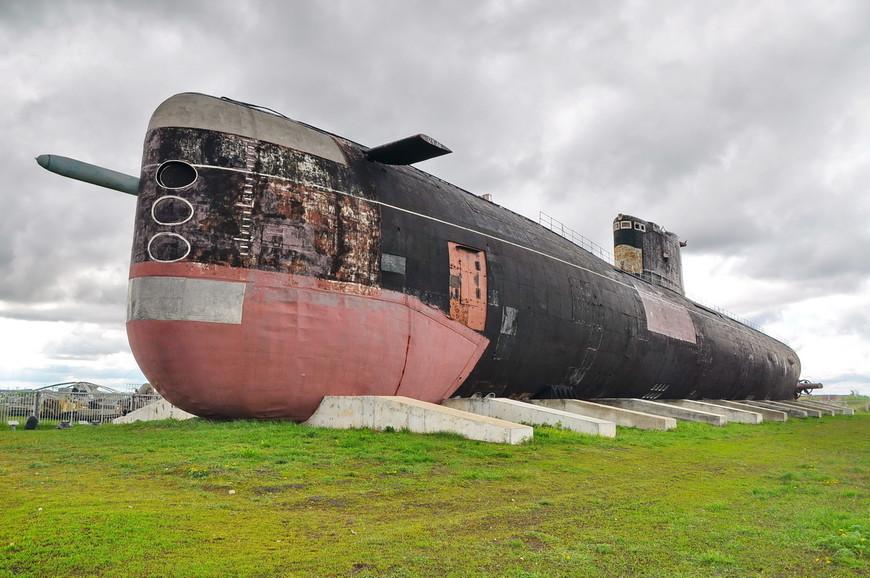 04. Лодку загерметизировали, освободили от всякого балласта, установили на понтоны. На понтонах с помощью двух буксиров лодка прибыла в Тольятти осенью 2003 года. На фотографии видна торпеда.