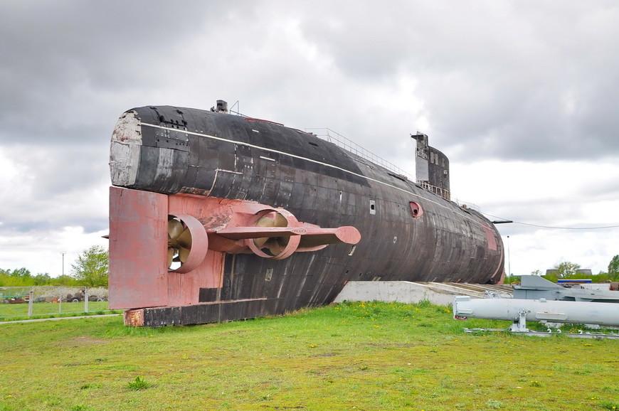07. Осенью 2004 года лодку вытащили на сушу, а зимой 2005 года по специально созданной дороге длиной 4,5 километра её доставили в музей. Лодку тянули 9 военных тягачей БАТ, специально для этой цели выписанные с Тоцкого полигона.