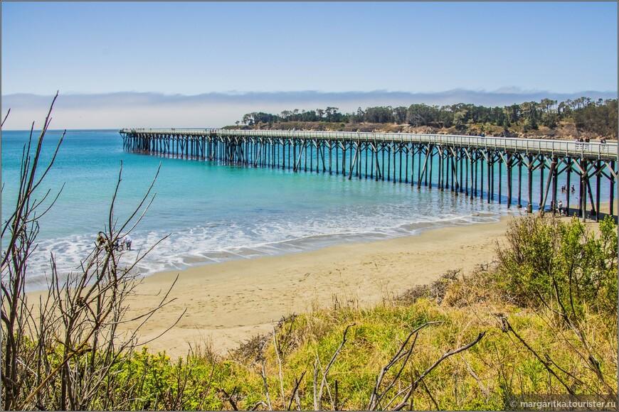 Вид на пирс в заливе Сан Симеон, который и поныне рабочий, то есть не только для прогулок по нему, но и принимает суденышки