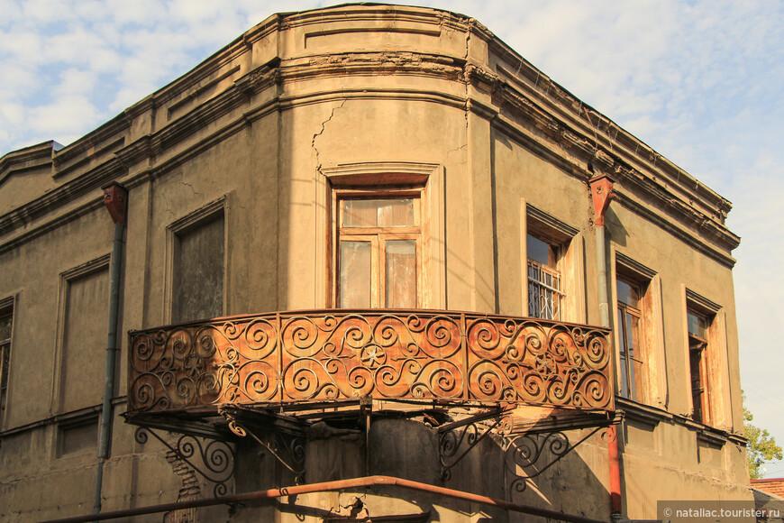 Спустились  в район старого Тбилиси, опять прошли по улочкам, богатым прошлой, былой красотой.