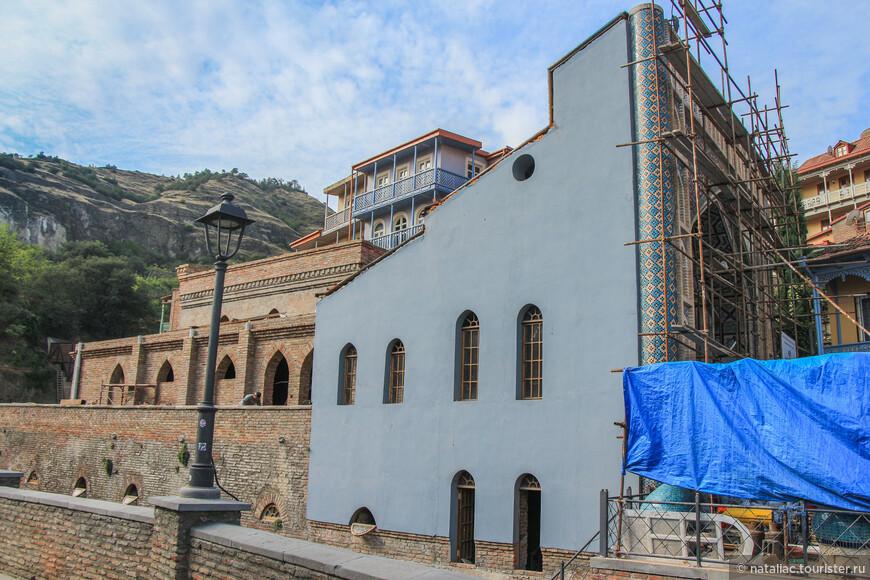 А это самая заметная серная баня – Орбелиановская (Голубая)  с минаретами по бокам и стрельчатым фасадом, покрытым пестрыми изразцами, была воздвигнута в 1840 году.