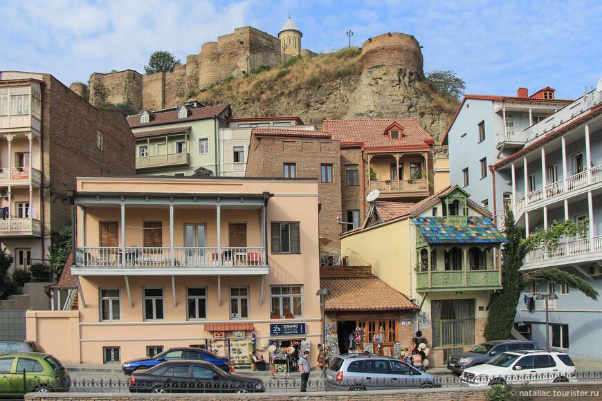 Этот район интересен еще и своими разноцветными домиками с резными балкончиками.