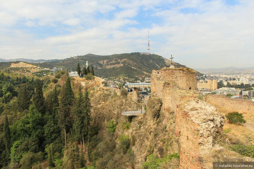 За стенами крепости (слева на фото) Ботанический сад.