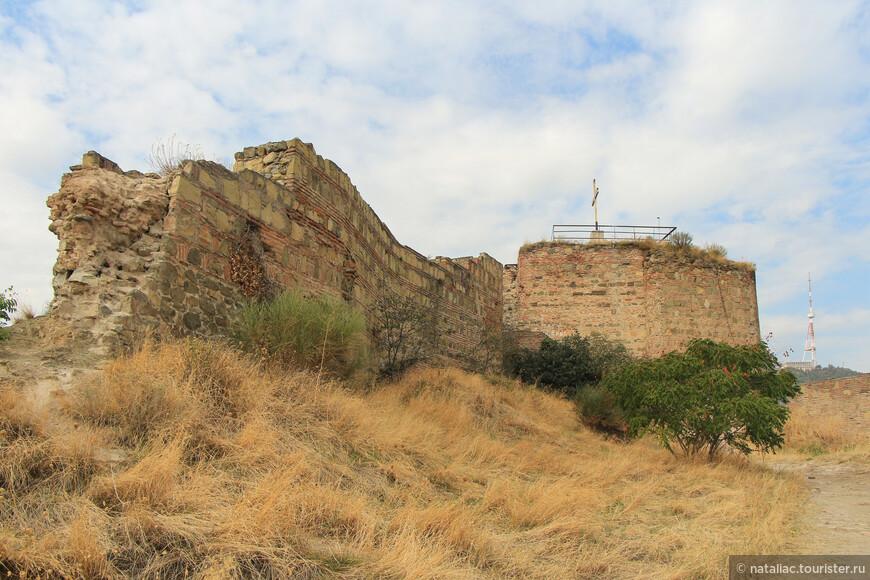 Древняя цитадель сильно пострадала от военных действий  и землетрясений, особенно разрушительное землетрясение произошло в 1827 году, тогда были разрушены почти все внутренние сооружения крепости.