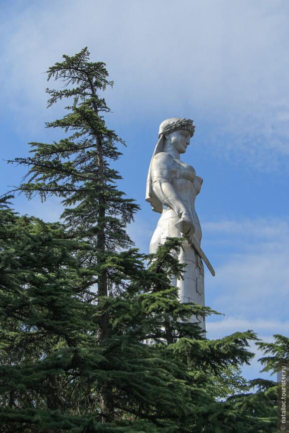 Пройдя мимо станции канатной дороги, мы наконец-то приблизились к памятнику, воздвигнутому на холме Сололаки в 1958  году в честь 1500 летия Тбилиси и который мы до этого наблюдали только издали.
