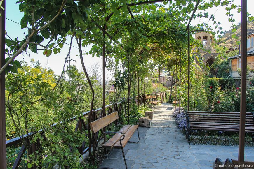 На склоне холма прилепился храм, в тени виноградника есть отличная смотровая площадка, где можно передохнуть.