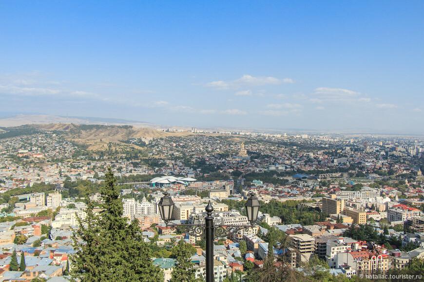 Со смотровой открываются потрясающие виды на другие районы Тбилиси.