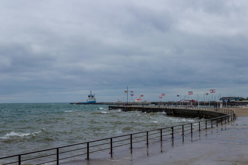 Переправа зависит от погоды, в шторм остров отрезан от континента.