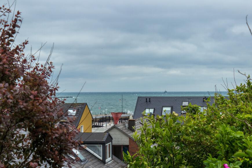 Попасть на остров  летом можно от Гамбурга, Бремерхафена, Куксхафена, Бюзума.