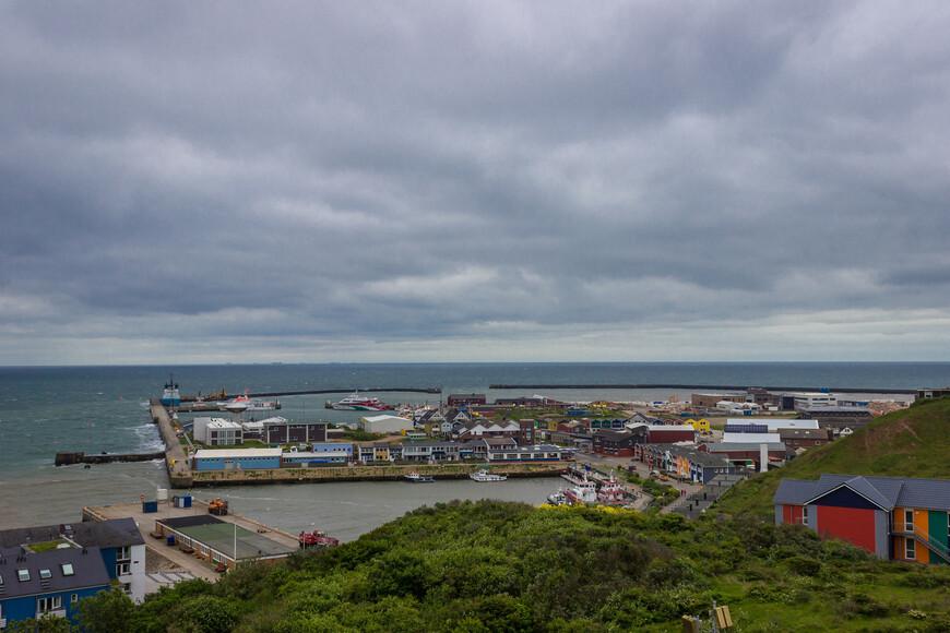 С южной стороны оборудован небольшой порт