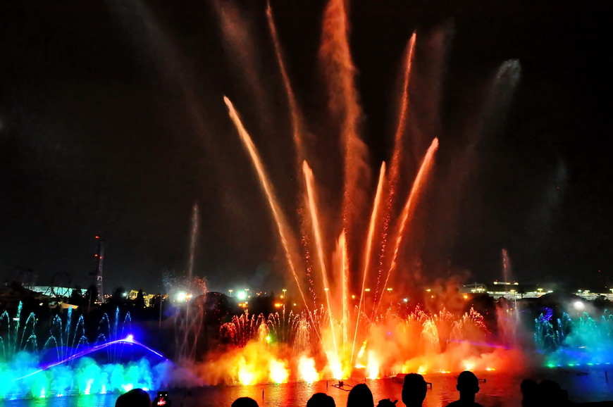 08. Одновременно с брызгами фонтанов иногда взрывались петарды. Было трудно отличить где вода, а где огонь.