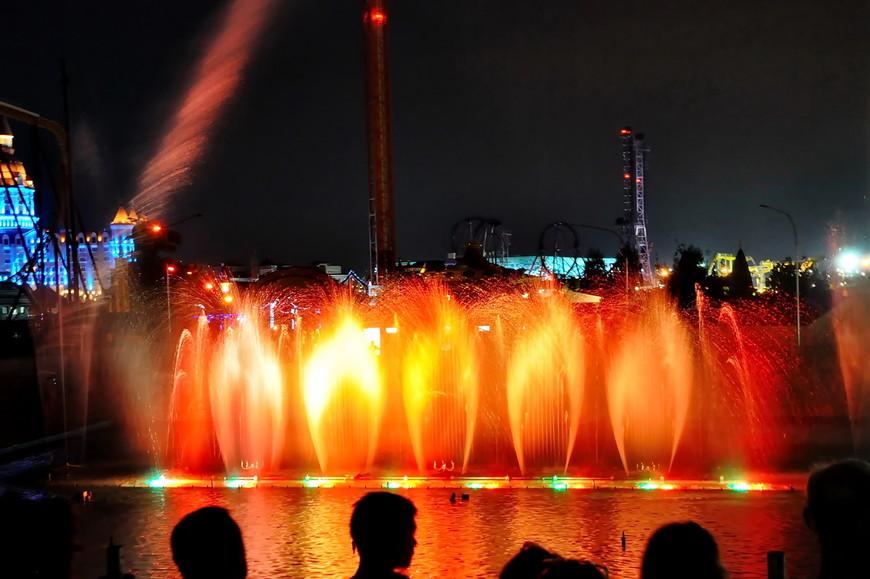 14. Очень много ярких цветов, десятки фонтанов и разных по виду струй воды. Не успеваешь следить за всем.