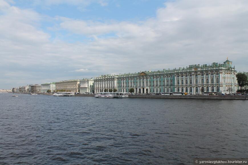 Панорама Дворцовой набережной. Отсюда виден комплекс Эрмитажа, который вытянулся вдоль Невы.