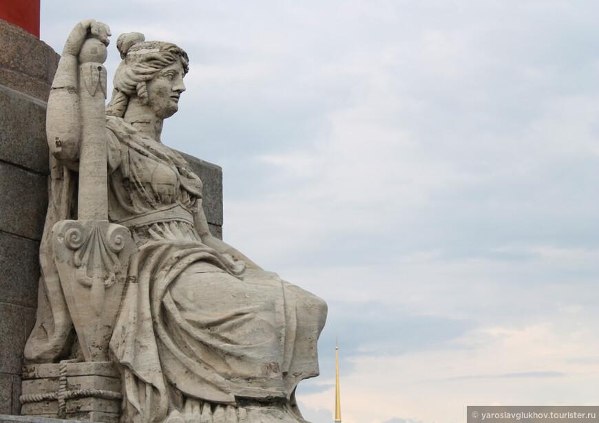 Каждый из нас знает, как выглядит 50-рублёвая купюра: статуя Невы у подножия Ростральной колонны и Петропавловский собор на заднем плане. Я решил сделать подобный кадр. Как оказалось, сделать его практически невозможно, ведь пропорции абсолютно не соблюдаются. Вот что у меня получилось сделать: статуя Невы и Петропавловский собор на заднем плане.