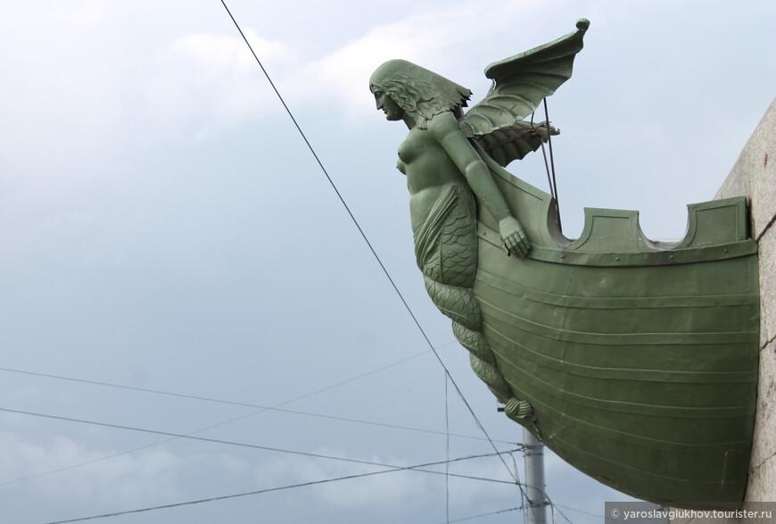 Детали Ростральной колонны. Нос корабля, украшающий колонны на Стрелке Васильевского острова.