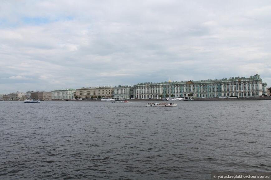 Панорама Дворцовой набережной. Отсюда виден длиннющий комплекс Эрмитажа, который вытянулся от Дворцового моста до Зимней Канавки.