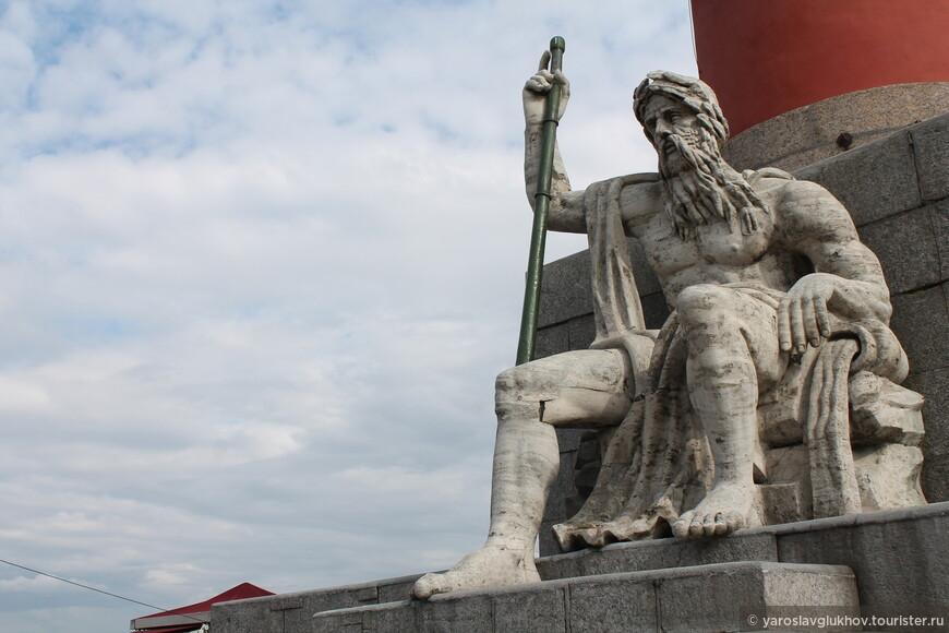 Статуя Волхова на Ростральной колонне. Всего на колоннах расположено 4 статуи, которые представляют 4 реки Российской империи.