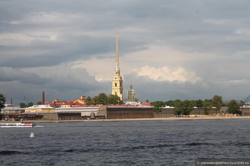 Вид на Петропавловский собор со Стрелки Васильевского острова. Такой знакомый вид по 50-рублёвой купюре. Кстати, тучи бродили-бродили, а дождь пошёл уже тогда, когда мы были в Кунсткамере.