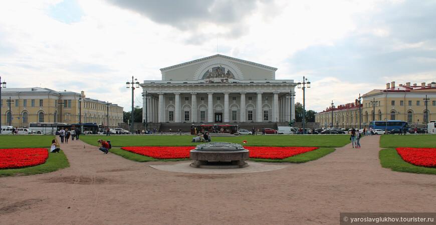 Здание Биржи — центральное строение Стрелки Васильевского острова, было построено в 1805-1816 гг.