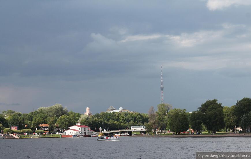 Вид на Петроградскую сторону. Отсюда хорошо видна Телебашня — одна из основных доминант города.