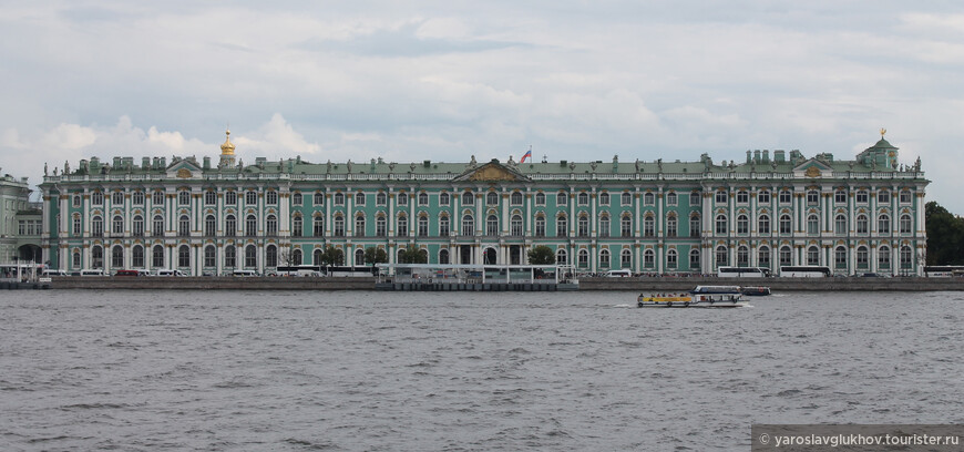 Зимний дворец со Стрелки смотрится очень красиво.