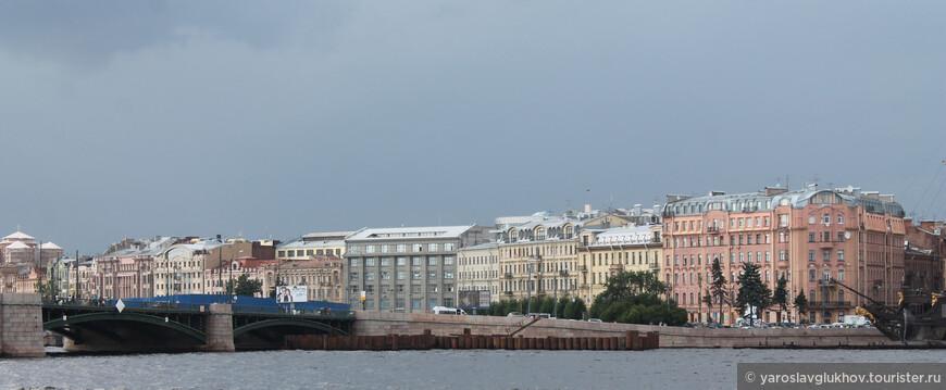 Вид в сторону Биржевого моста и площади Академика Лихачёва.