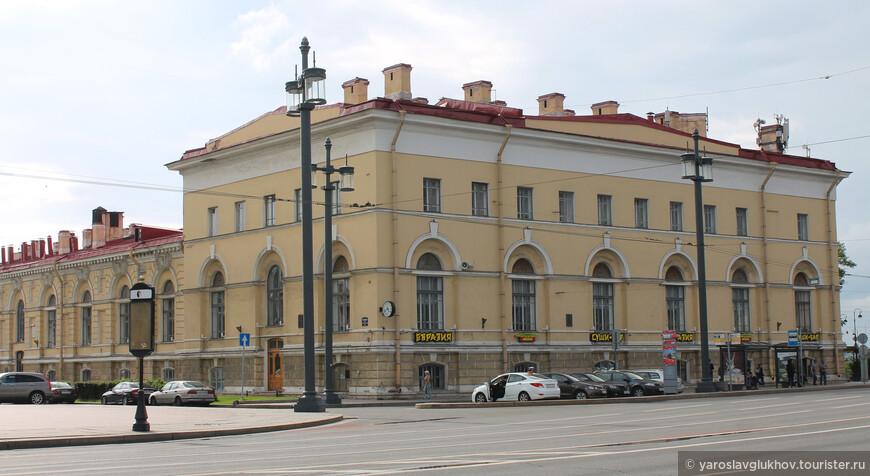 Северный пакгауз Биржи — сейчас институт химии силикатов им. И. В. Гребенщикова.