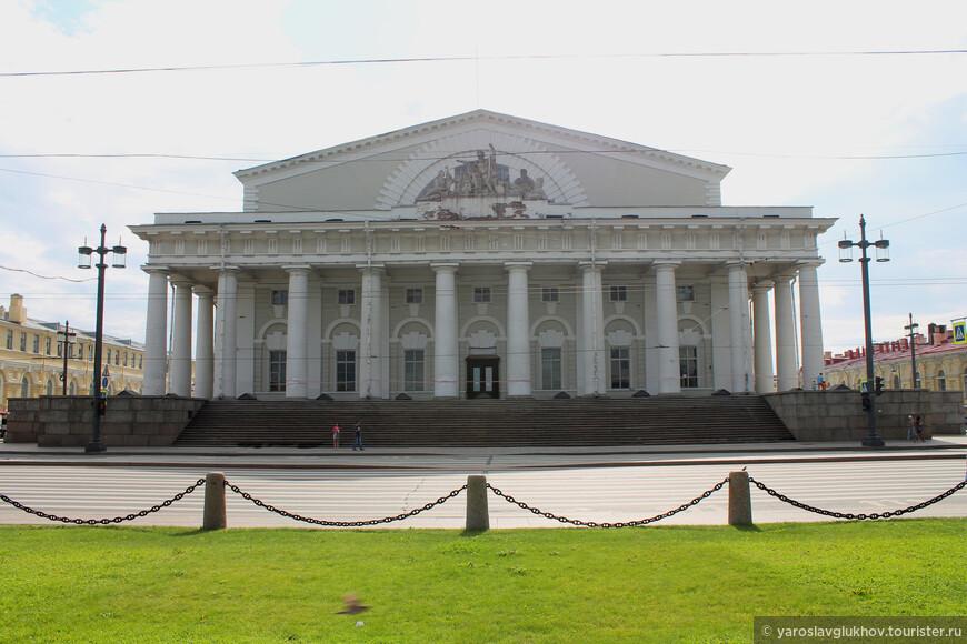 Здание Биржи напоминает древнегреческий храм, смотрится очень монументально и торжественно.
