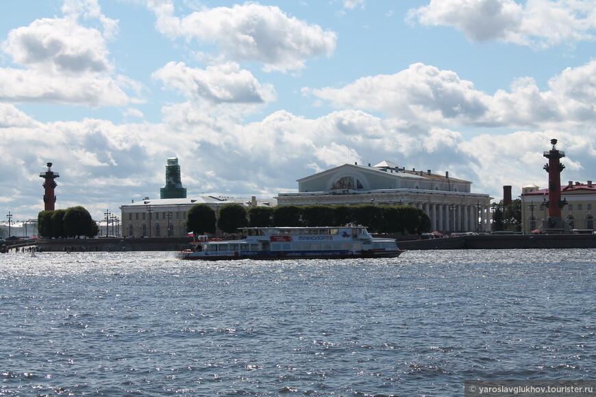 А вот так Стрелка Васильевского острова выглядит со Стрелки Заячьего острова, то есть от Петропавловской крепости. Вид тоже красивый.