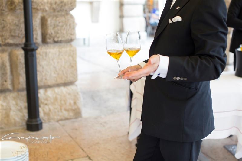 Историческое вино в историческом месте на центральной площади Вероны