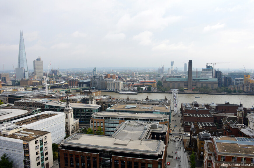 Панорамный вид Лондона с каменной галереи собора. Слева направо: небоскреб Шард, Темза, мост Миллениум, в центре за рекой - музей Тейт Модерн