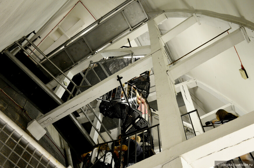 Лестница, ведущая к золотой галерее. Гораздо уже ее предшественницы, ведущей к каменной галерее
