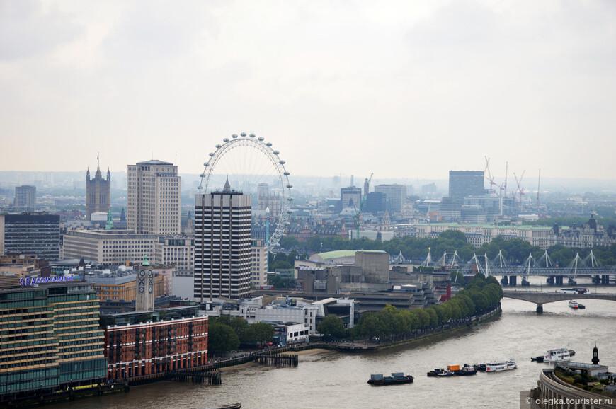 Панорамный вид Лондона с золотой галереи собора. Вдалеке видна башня Вестминстерского дворца (здание Парламента), колесо обозрения Лондонский Глаз (или кому привычнее, Око)