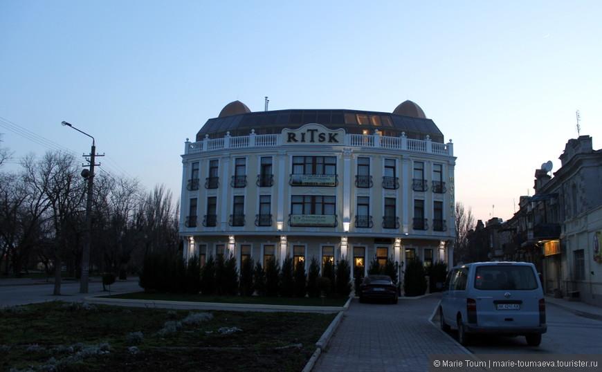 Довольно хороший отель недалеко от набережной и рядом со старой частью города