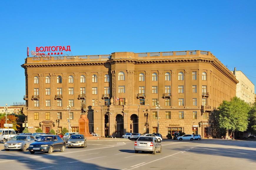 03. Центральная площадь города залитая закатным солнцем. Говорят, что Челябинск суровый город, как по мне, то Волгоград намного суровее.