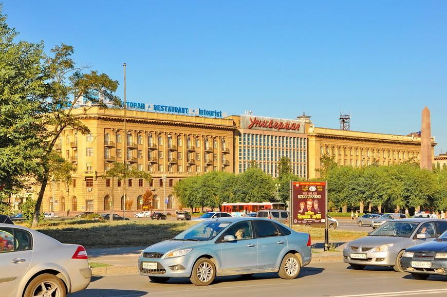 04. Здание универмага. Центральная площадь отсылает в советское время, тут нет точечной застройки, современных зданий.