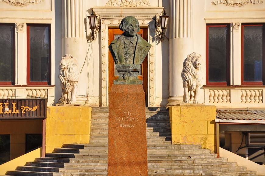 06. Памятник Гоголю на фоне здания театра. Дом науки и искусств был заложен в 1913 году.