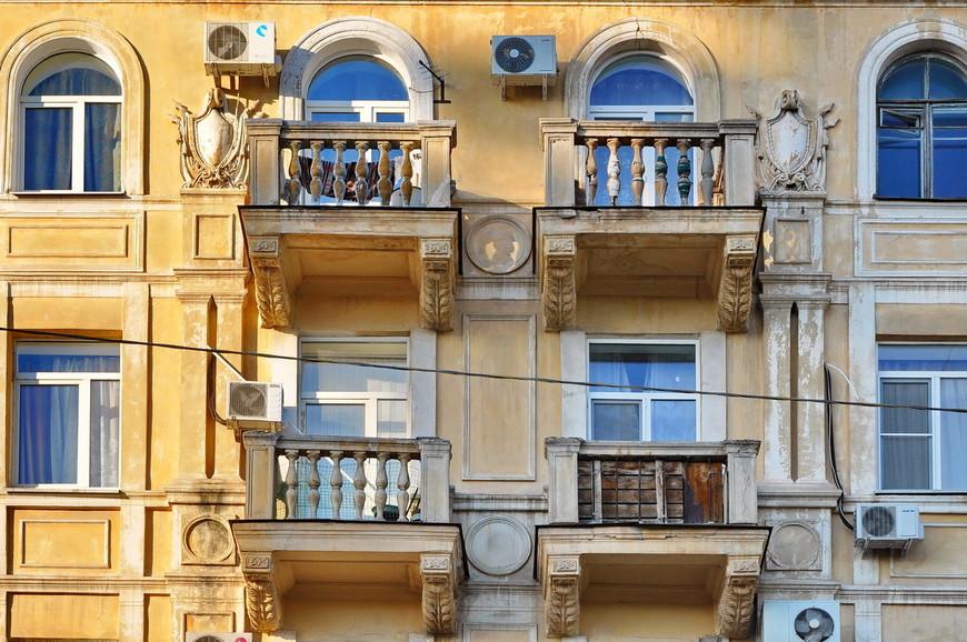 09. Город Сталина строился (восстанавливался) в лучших традициях сталинской архитектуры. Сбить бы только эти кондиционеры.