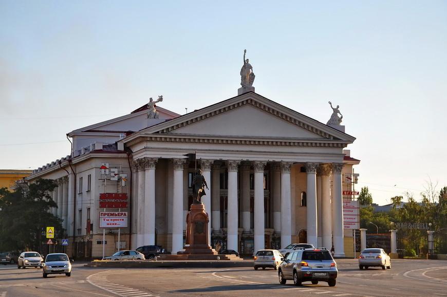 13. Памятник Александру Невскому на фоне нового экспериментального театра.