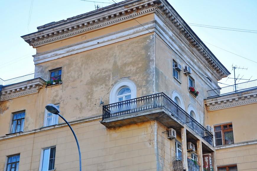 16. В этом доме меня очень заинтересовали мини окна в верхней части. Очень странное здание.