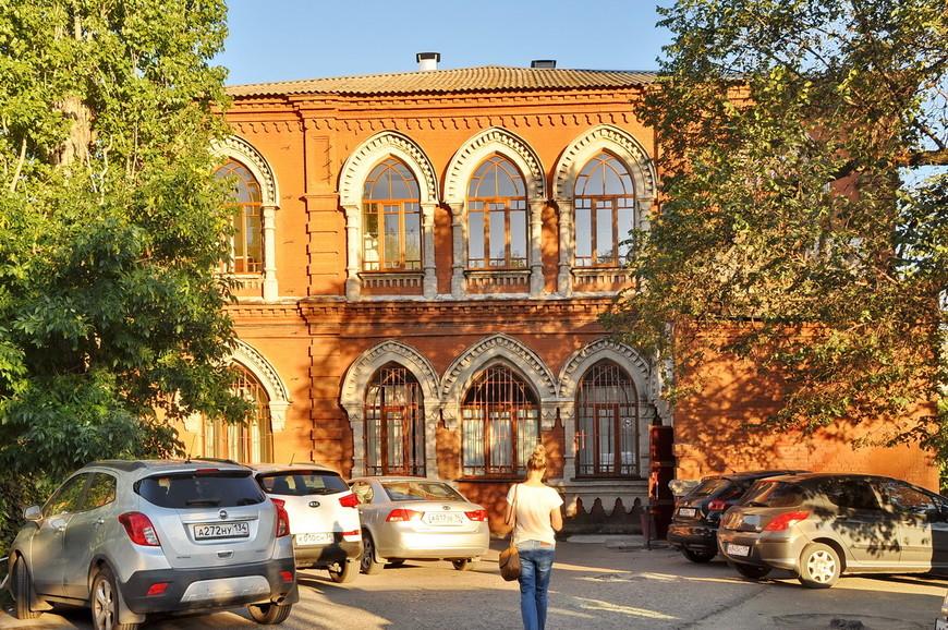 19. В городе, несмотря на сильную разруху после войны, сохранились многие исторические здания.