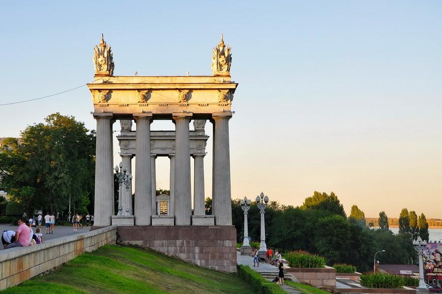 28. Две симметричные восьмиколонными пропилеи являются главными достопримечательностями центральной набережной Волгограда.