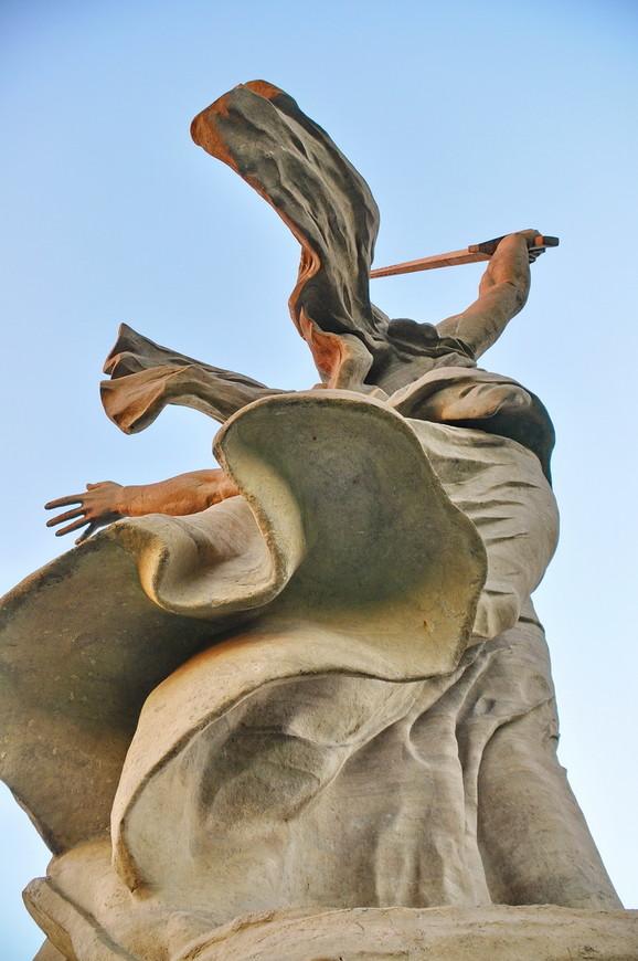 38. «Крылья ангела» действительно есть, даже удивился, учитывая, что авторами проекта были «прожжённые» партийные комсомольцы.