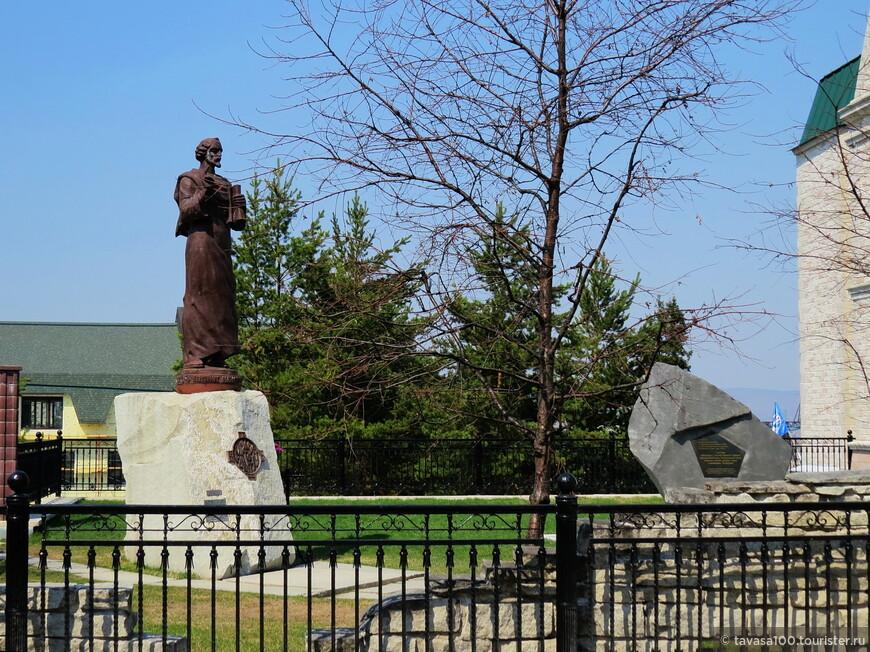 Памятник Иоанну Златоусту.
