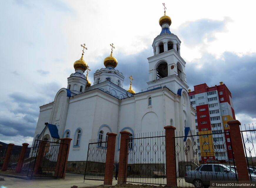 Храм Богоявления Господня в Миассе.                                 . Храм Богоявления Господня находится практически в самом центре города, на берегу реки Миасс. Это одна из главных православных святынь города.