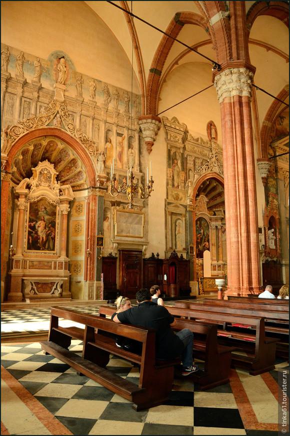 Боковые капеллы интересны росписями, выполненными Джованни Фальконетто в XVI веке.