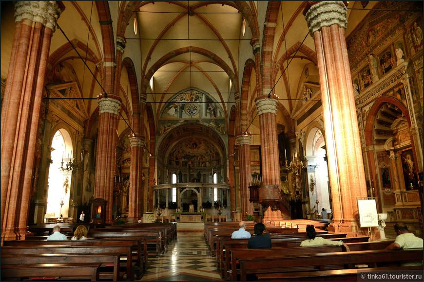Готический интерьер собора разделен на три нефа рядами колонн из красного веронского мрамора.